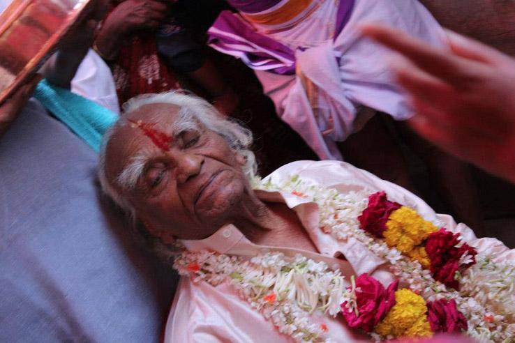 BKS Iyengar auf dem Sterbebett